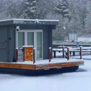 Under Dock Hausboot winterfest