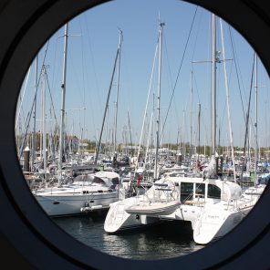 Under Dock Hausboot Blick aus dem Fenster
